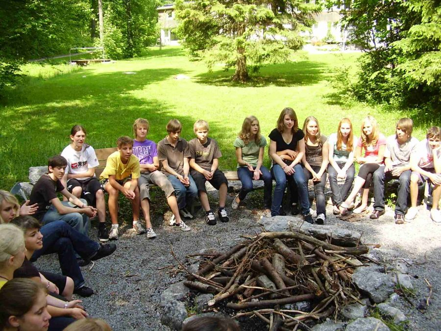 Jugendliche am Lagerfeuer auf einer KISKO-Tagung