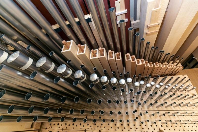 Auf dem Foto sind die neuen Orgelpfeifen der Hauptorgel St. Oswald zu sehen