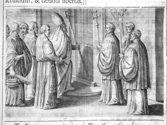 Der Bischof klopft mit seinem Stab dreimal an die Tür der zu weihenden Kirche. Kupferstich aus: Pontificale Romanum, Rom 1595